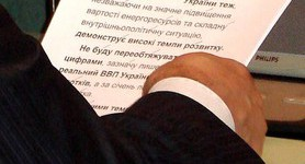 This is How the Ukrainian President Reads His Speeches.... PHOTO