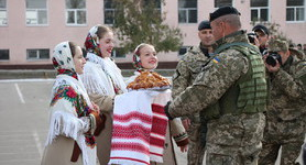 Mykolaiv residents give warm welcome to Marines upon their return from ATO area. PHOTOS