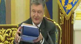 Poroshenko demonstrates documents necessary for new Supreme Court operation